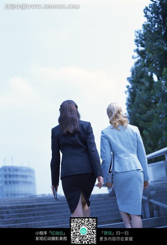 两个美女背影_上楼梯的两个女人背影