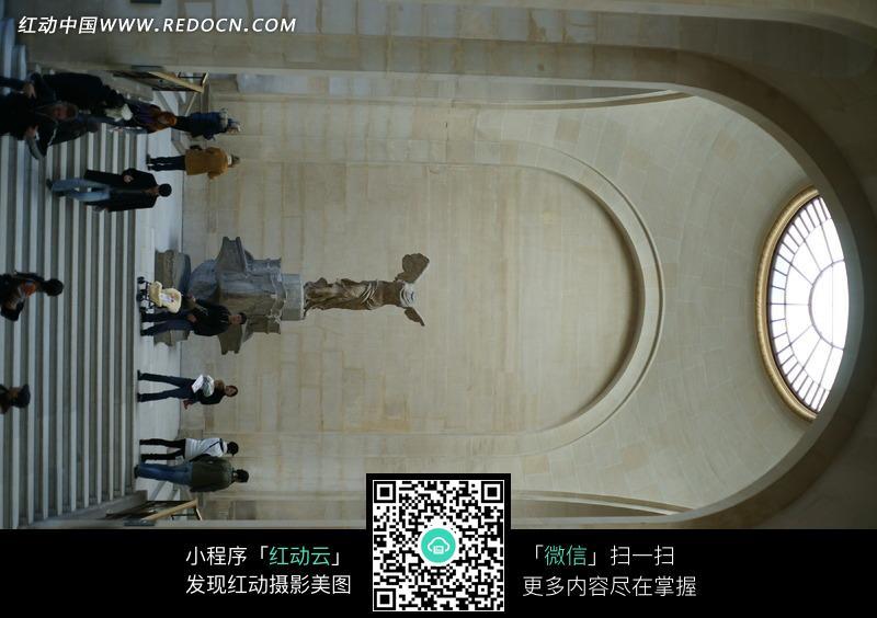 拱形大门下的台阶和尽头的雕塑图片