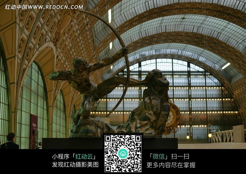 展览馆里拿着弓的雕塑_室内设计图片