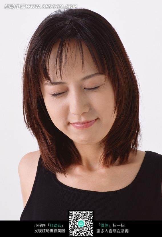 穿黑色背心闭着眼睛的美女正面图片