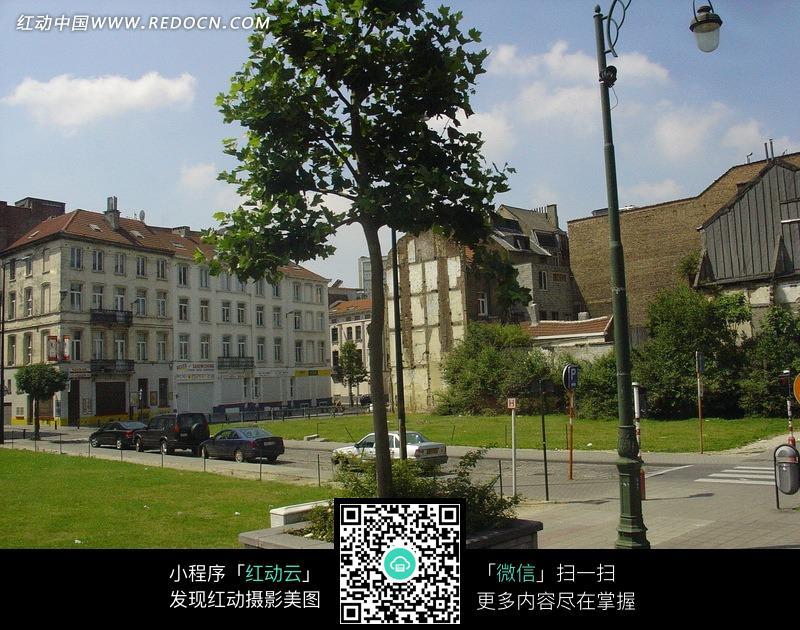 广场上的绿地树木汽车和欧式建筑图片