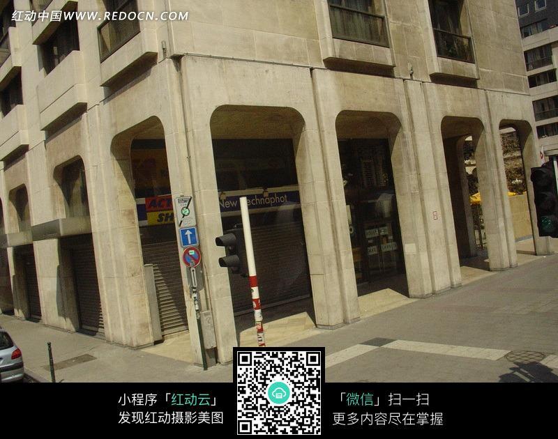 街角简洁的高大转角建筑图片