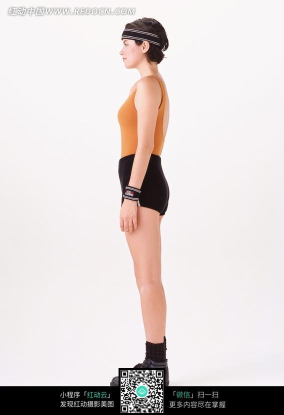 立正站立的运动装美女图片
