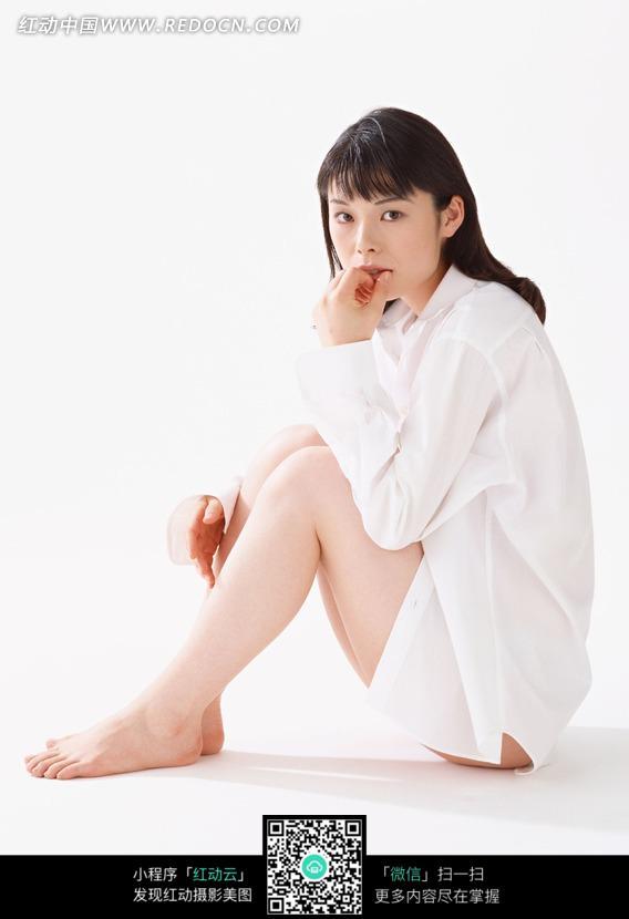 穿着白衬衫坐在地上的美女图片