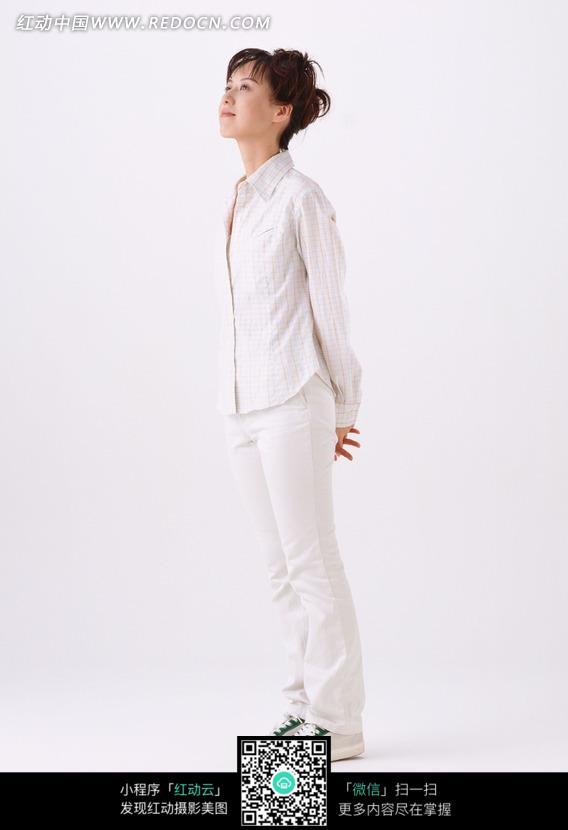素材下载 图片素材 人物图片 女性女人 > 白色衣服侧面站立的女人图片