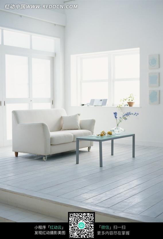 客厅木地板和沙发桌子