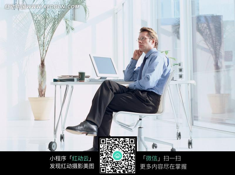 翘着腿坐在椅子上的外国男人
