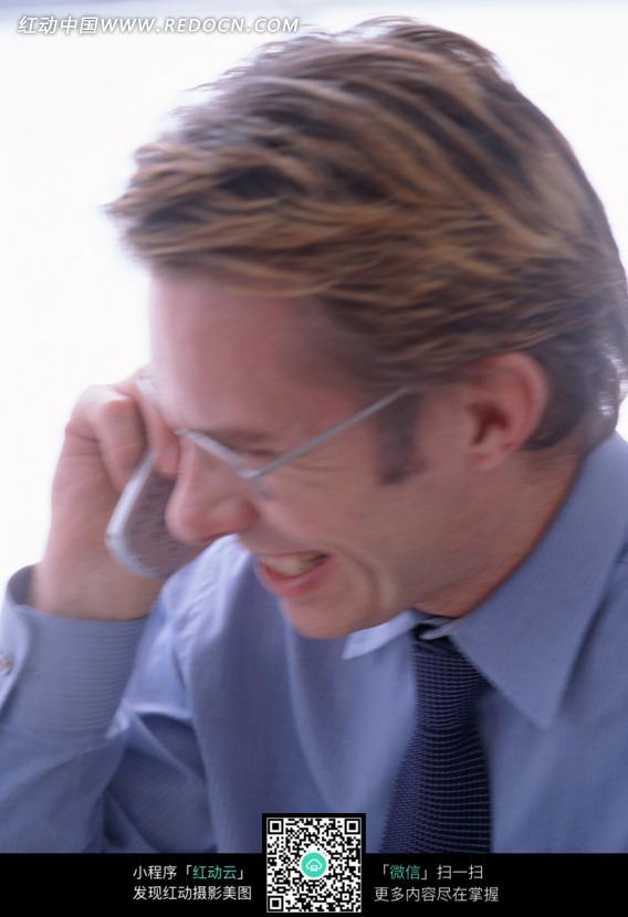 正在接电话的商务男士图片