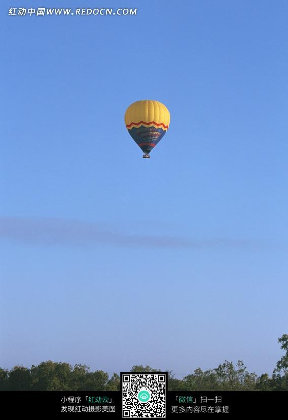 蓝色天空中的黄色热气球图片