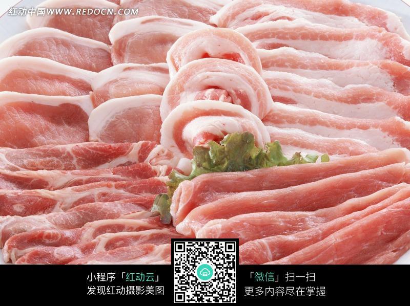 盘子上的新鲜生猪肉图片_食材原料图片