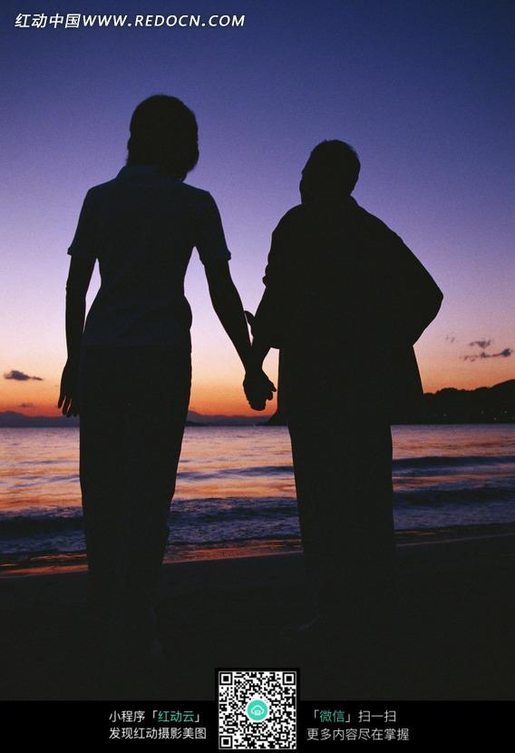 海边牵手散步的老人图片免费下载 编号1176465 红动网