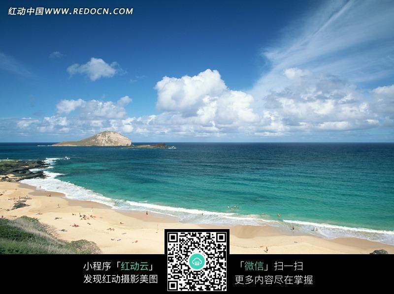 蓝天白云下游人游玩的海边沙滩图片图片