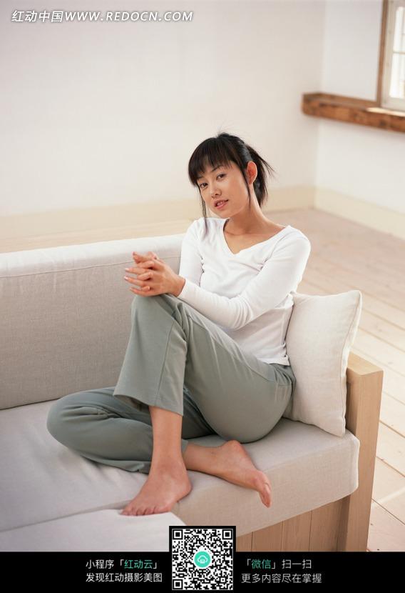 光脚坐在沙发上的女人图片