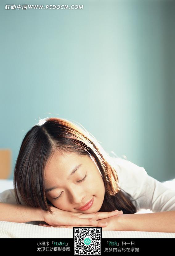 头枕双手趴在床上休息的美女图片 日常生活图片