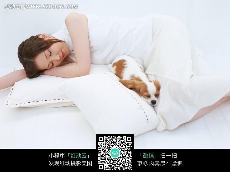 免费素材 图片素材 人物图片 日常生活 躺着的美女和狗图片  请您分享