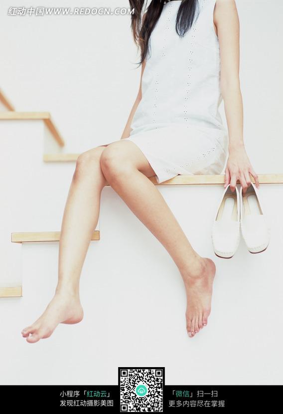 坐在楼梯上的美女图片 人物图片素材|图片库|图