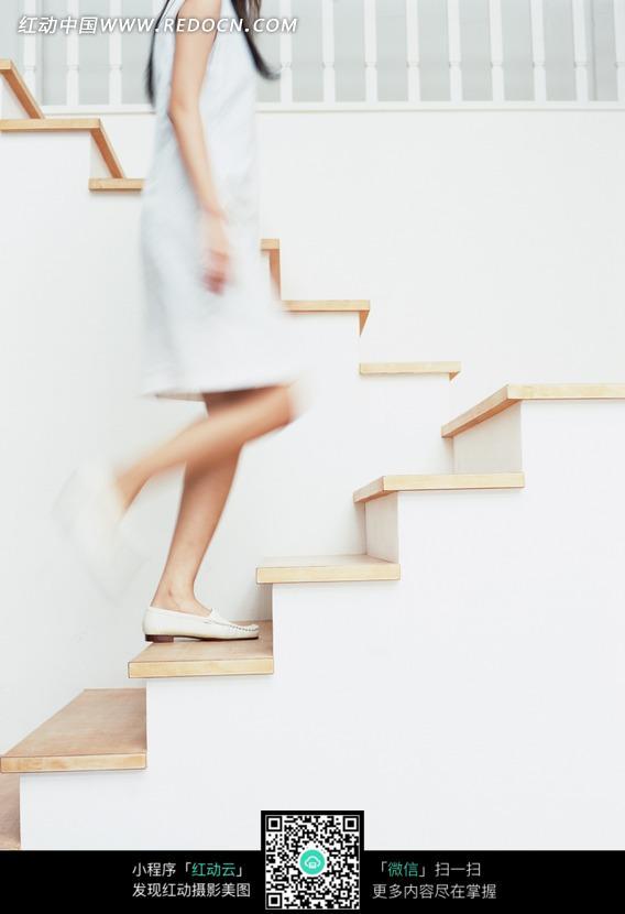 上楼梯的美女图片 日常生活图片