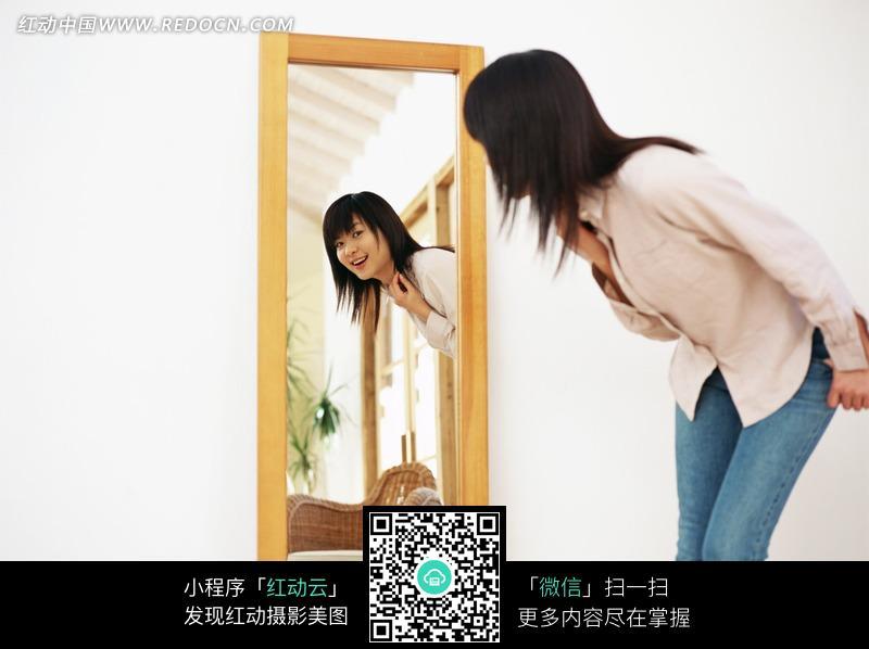 弯腰照镜子的女孩图片_女性女人图片