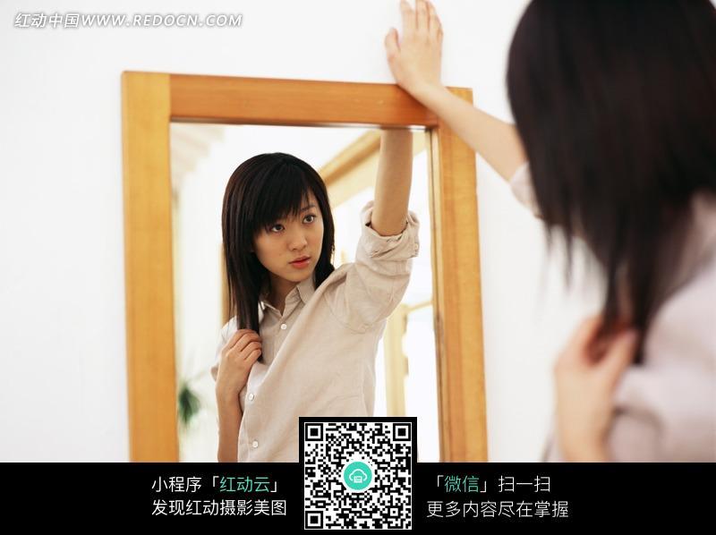 免费素材 图片素材 人物图片 女性女人 照镜子的女孩