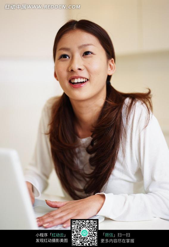 玩笔记本电脑的美女正面图片