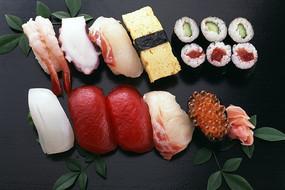 黑色背景下好吃的寿司拼盘