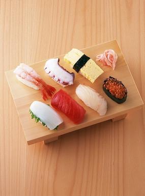 放在案板上的寿司拼盘