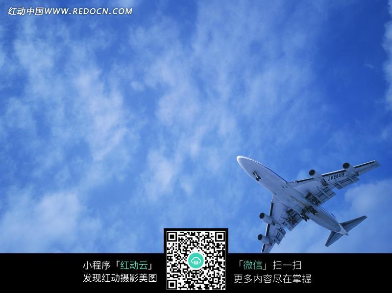 在蓝天中飞翔的飞机
