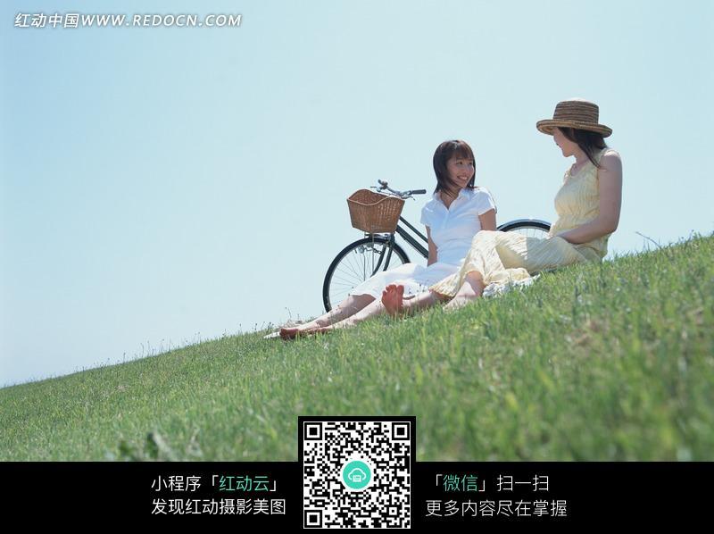 坐在草地上的女孩和自行车图片 人物图片素材