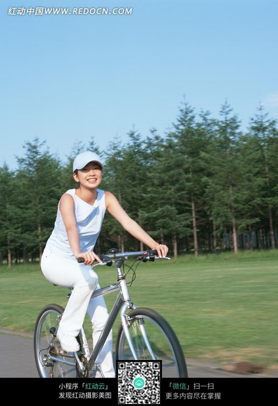 蓝天下骑自行车的美女正面图片 日常生活图片