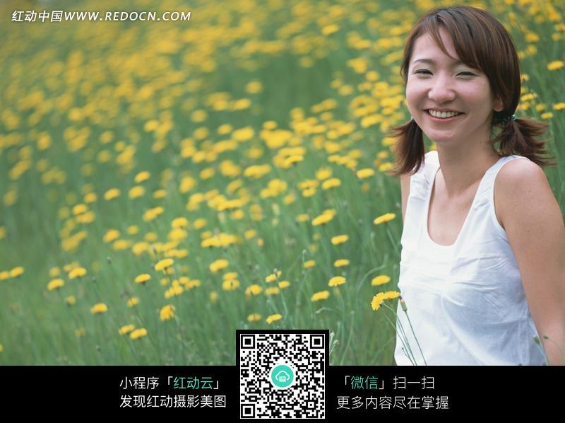 菊花地里微笑的美女图片