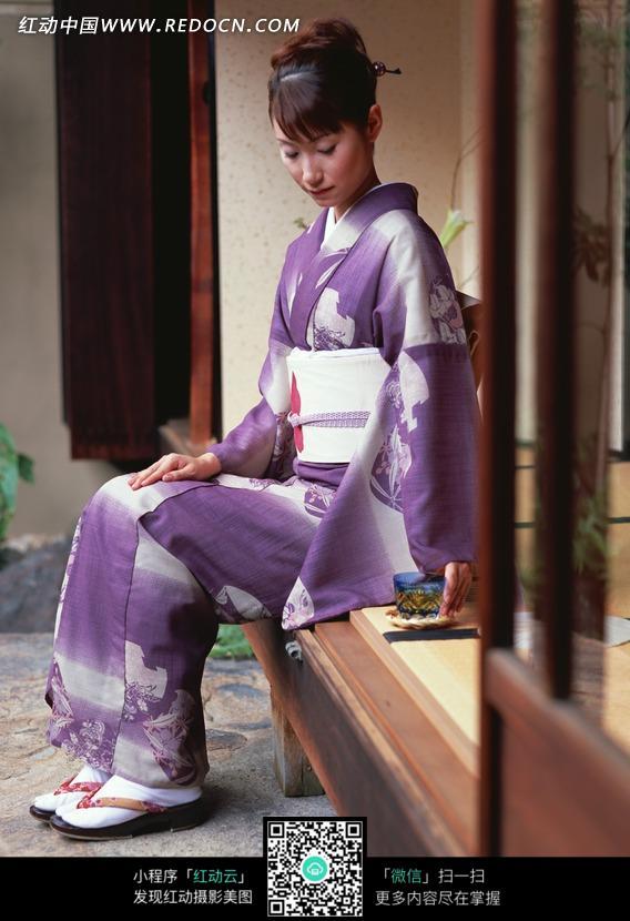 门口穿和服的日本女性图片