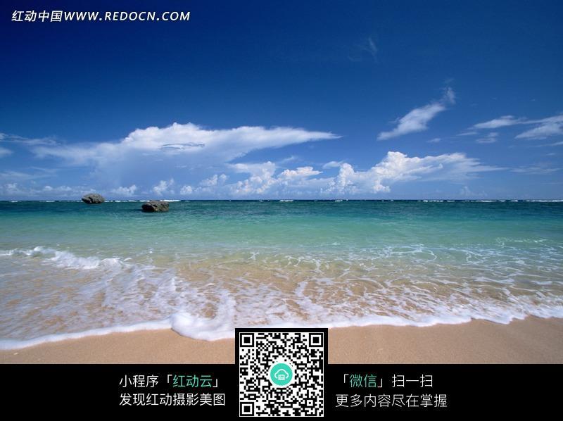 免费素材 图片素材 自然风光 自然风景 蓝天白云下海水冲击沙滩泛起的