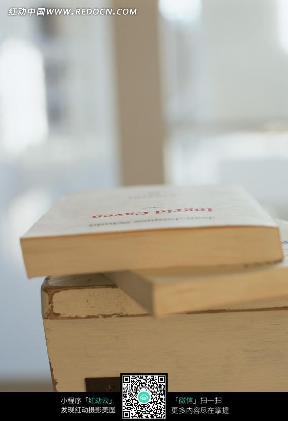 桌上的英文图片书籍_室内设计图片北京华鼎中天建筑设计图片