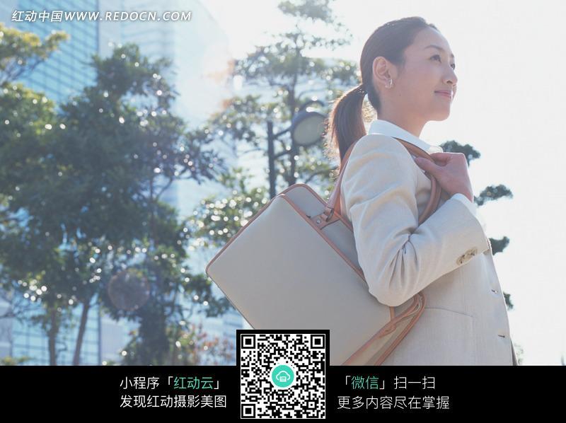 女性 卓克有-背着皮包扎着马尾微笑的职业装美女