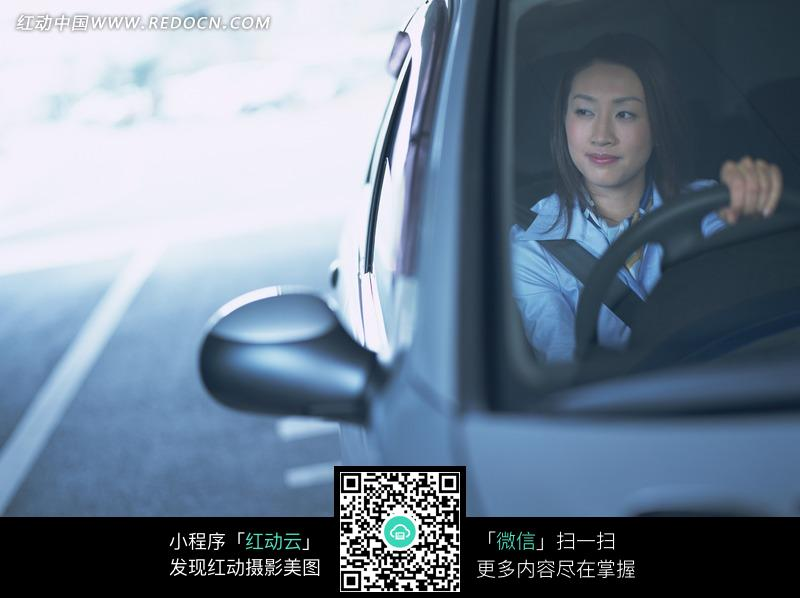 开车的美女特写图片