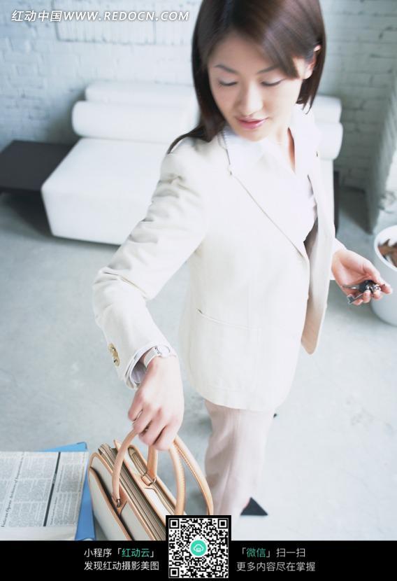 美女图片 美女 职业装-拿着提包看手表的职业装美女图片