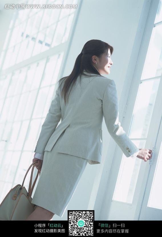 免费素材 图片素材 人物图片 日常生活 提着提包准备开门的女人背影