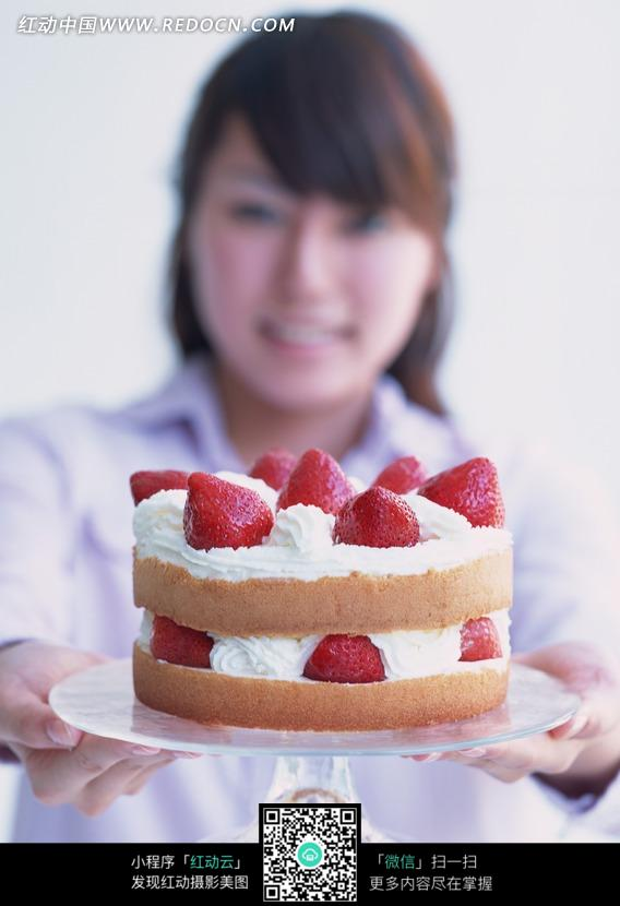 捧着广场品牌图库美食的美女图片-蛋糕双层|图中国美食奶油草莓图片
