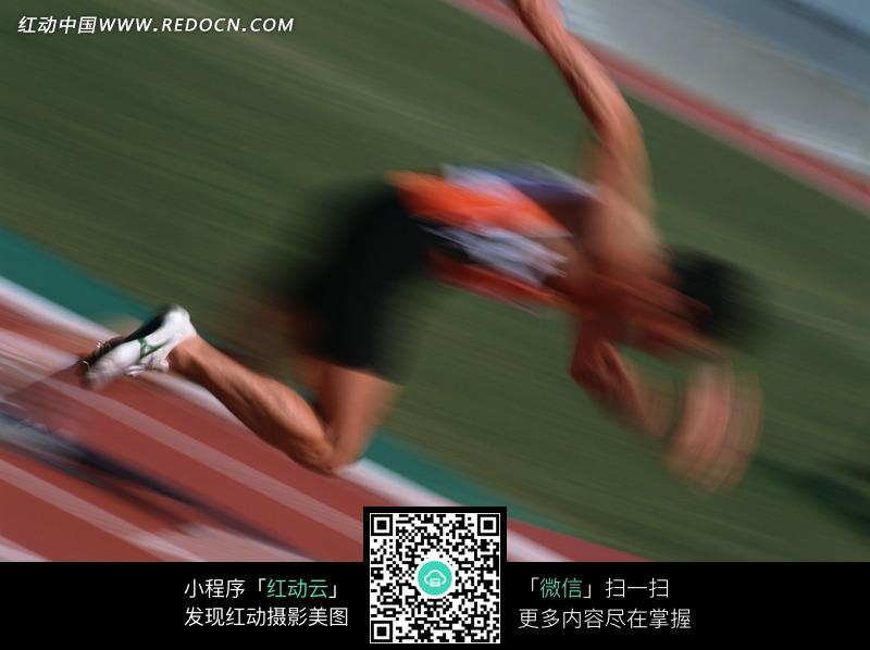 跑道上奔跑的运动员