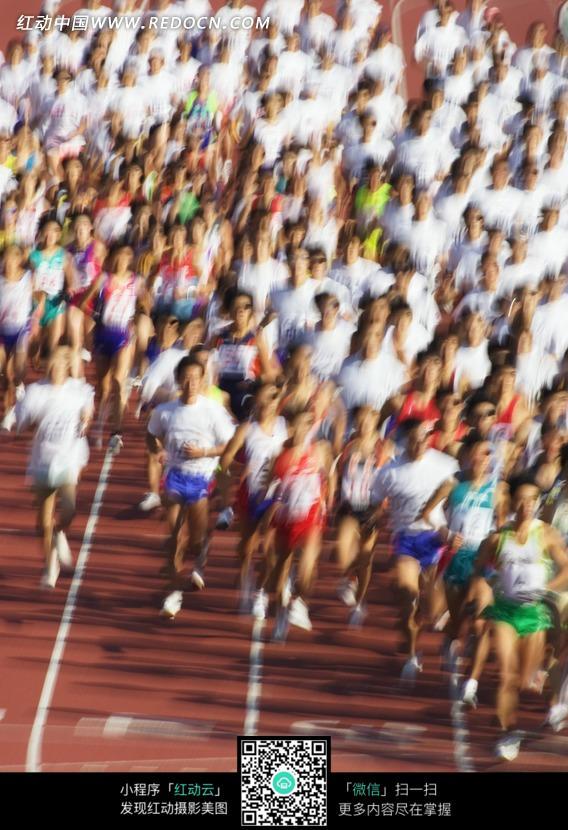 跑道上的一群马拉松选手图片