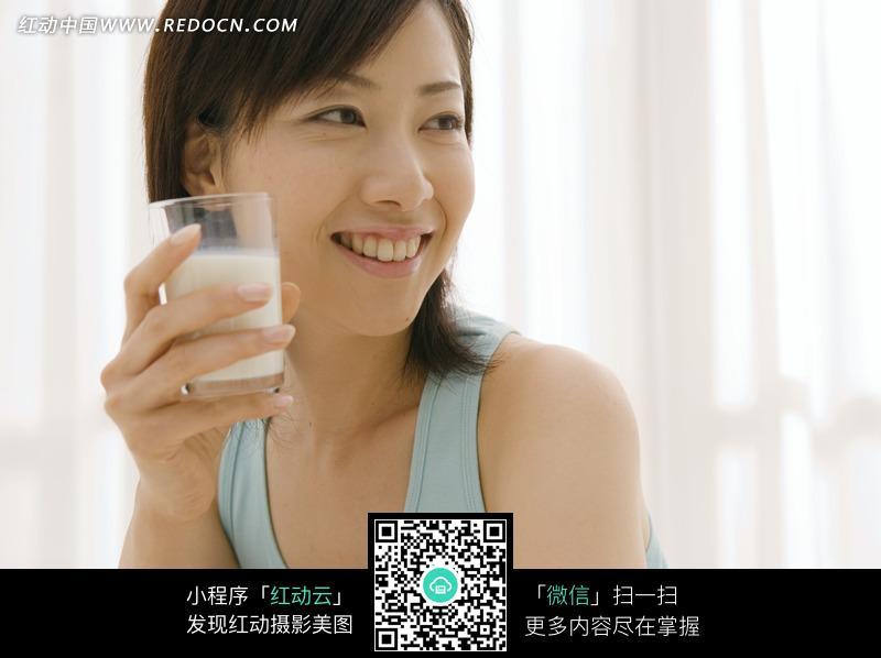 喝牛奶的女人图片 日常生活图片