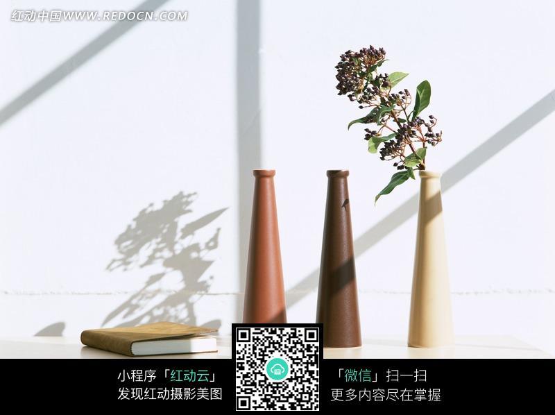 阳光照在桌子上的长颈花瓶上