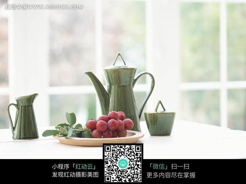 桌子上的水果和茶具图片