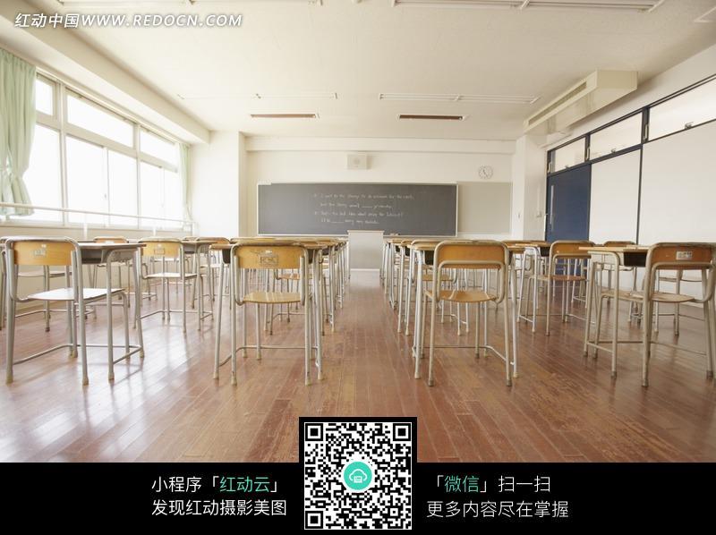 教室里地板上的桌椅图片