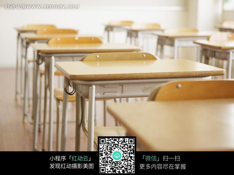 教室里排列整齐的桌椅