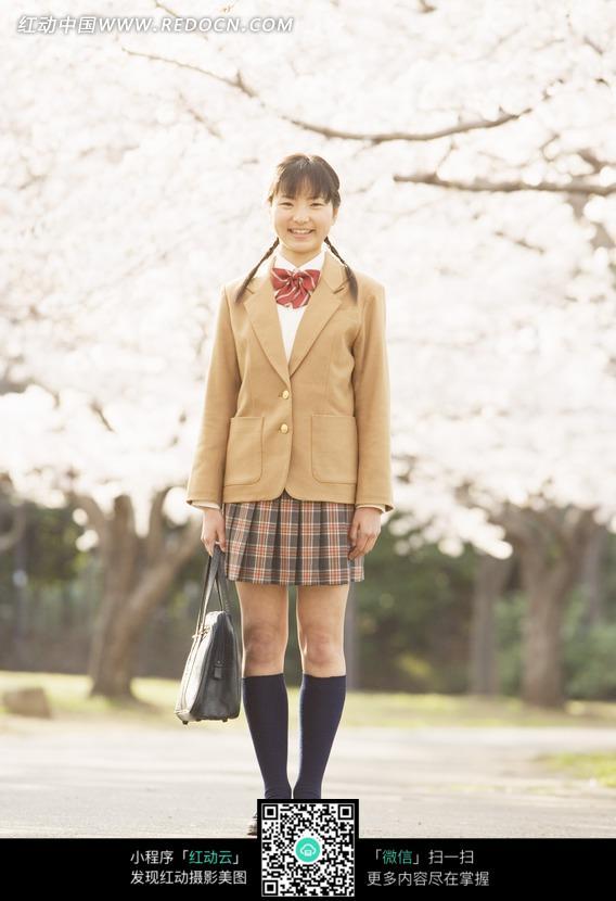 站在樱花树下的女孩图片