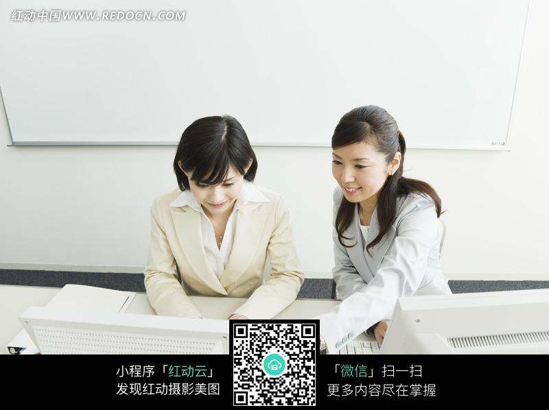 工作中的两个女人图片
