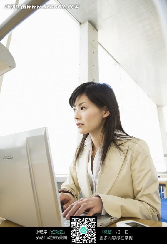 电脑前工作的职业女人图片