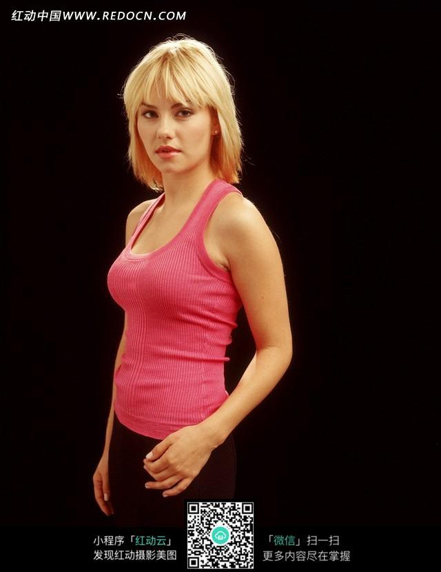 穿粉色背心的外国美女图片