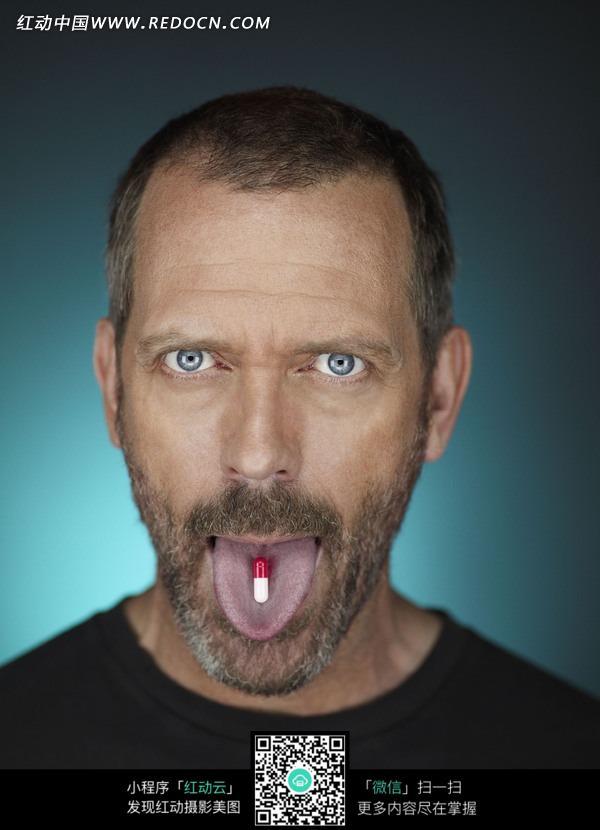 免费素材 图片素材 人物图片 男性男人 张嘴伸出舌头露出药囊的外国
